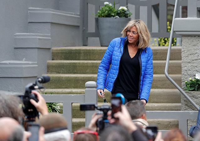 Brigitte Macron, marraine d'un bébé panda: les internautes se lâchent