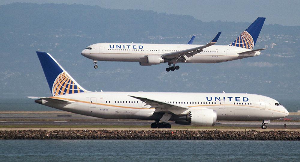 Un Boeing 787 de la compagnie aérienne United Airlines sur le tarmac de l'aéroport de San Francisco