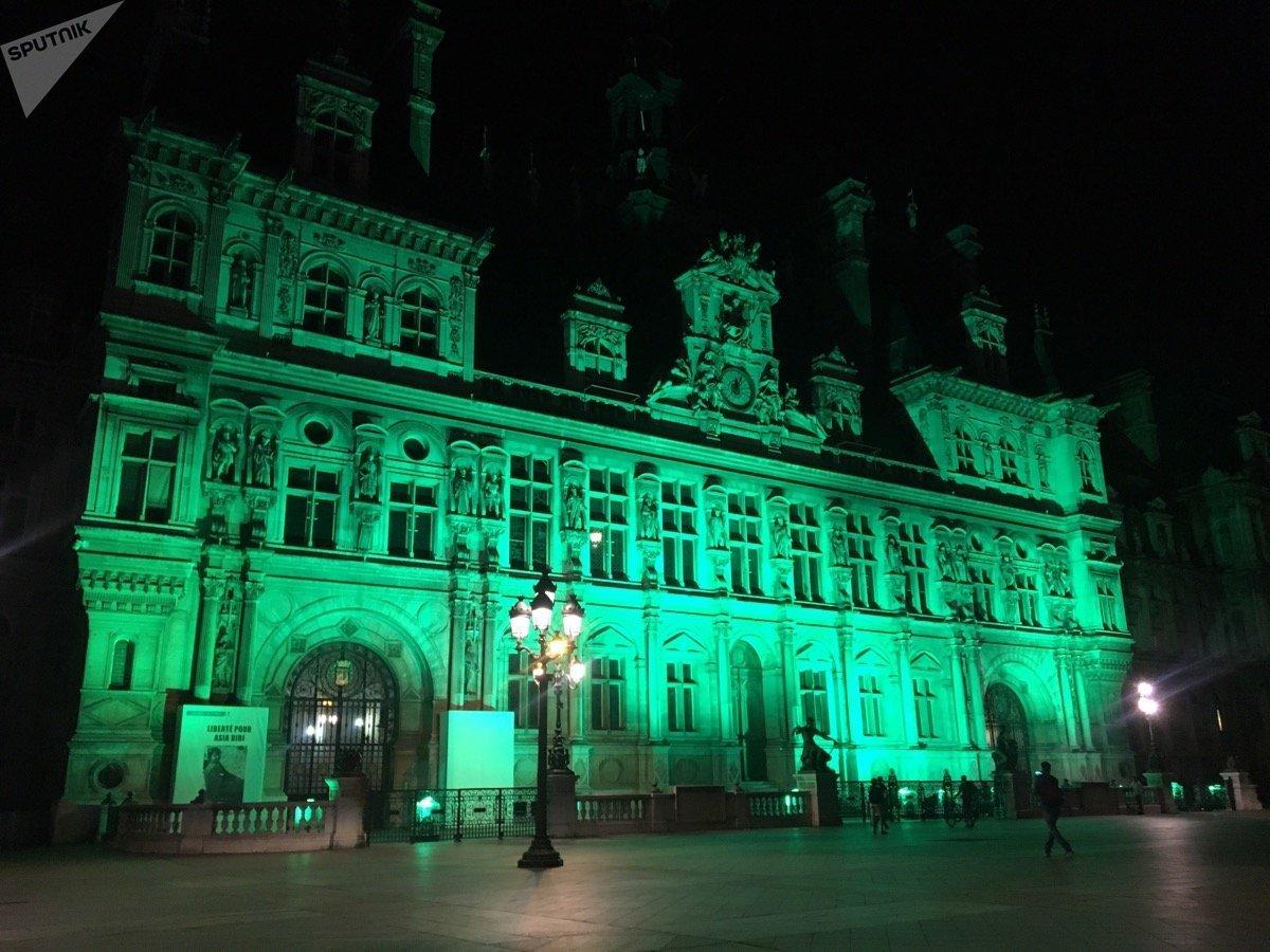 La façade de l'Hôtel de Ville de Paris éclairée en vert