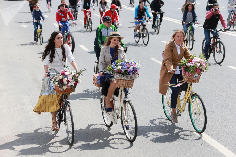 Des participants de la parade cycliste à Moscou