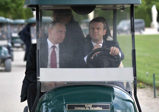 Vladimir Poutine et Emmanuel Macron dans le parc proche du Grand Trianon à Versailles