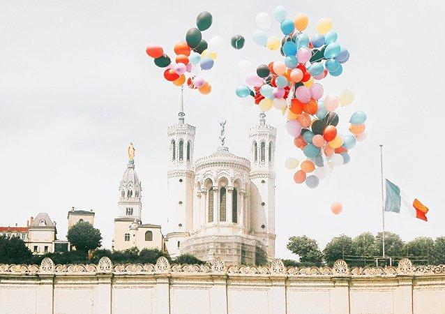 101 ballons à la mémoire des enfants du Donbass lâchés dans le ciel lyonnais