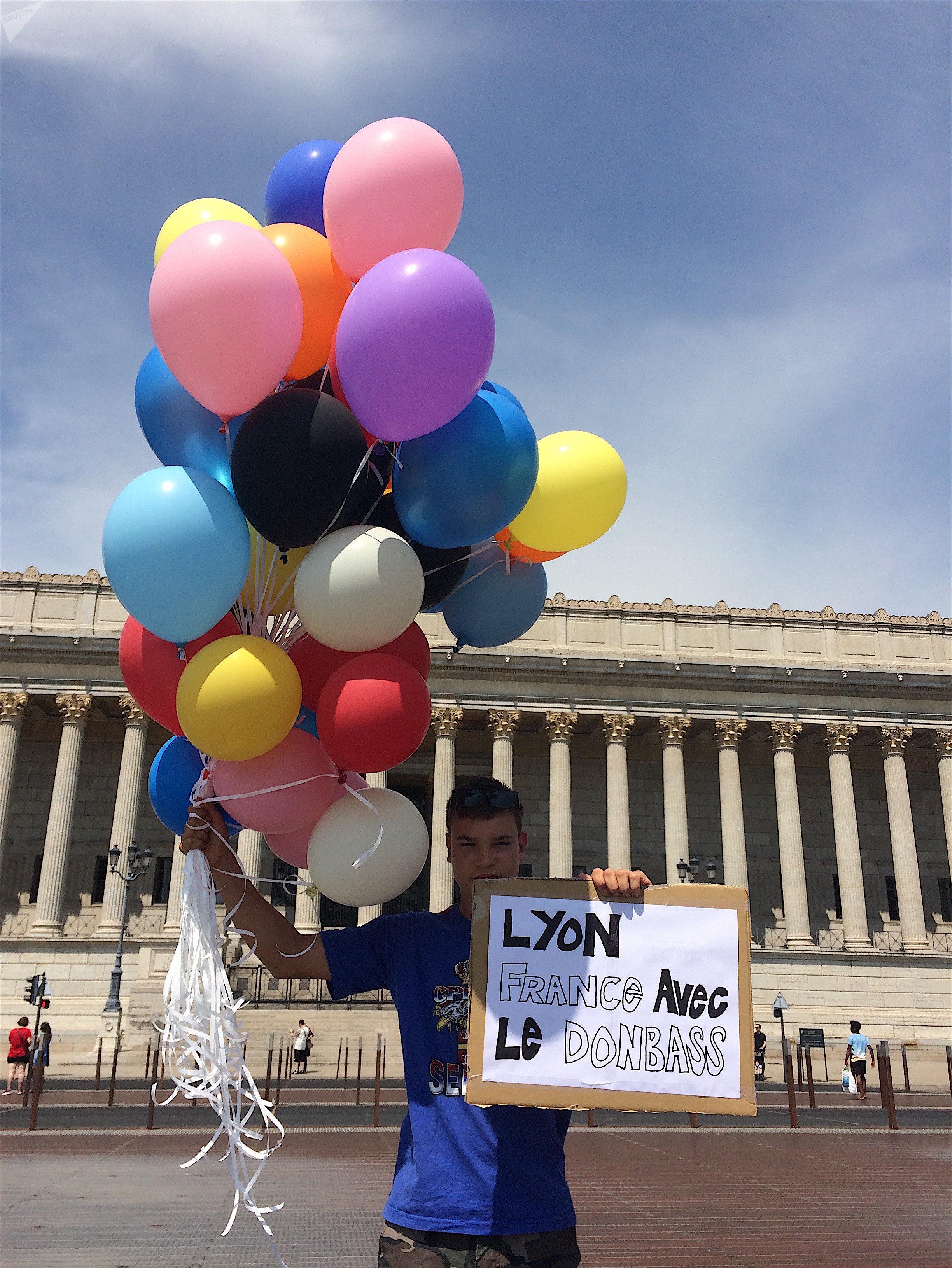 Un lâcher de ballons à Lyon en hommage aux enfants morts dans le Donbass
