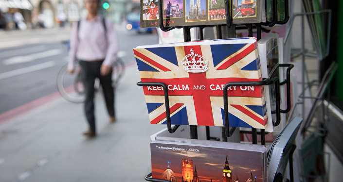 Les cartes postales portant le slogan britannique «Keep Calm and Carry On» de la Seconde Guerre mondiale se trouvent à l'extérieur des kiosques à journaux à Londres le 24 juin 2016.