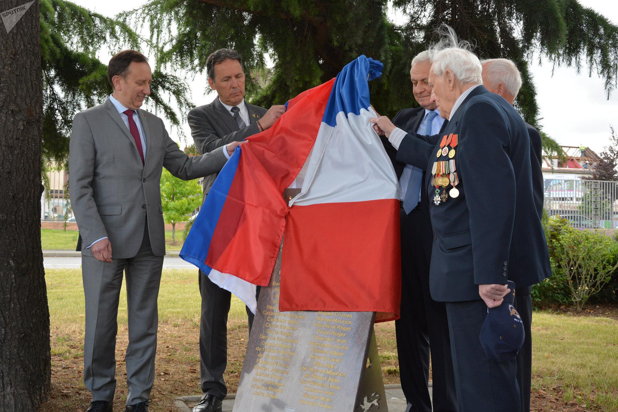 Inauguration d'une plaque commémorative en l'honneur des pilotes de l'escadron Normandie-Niemen