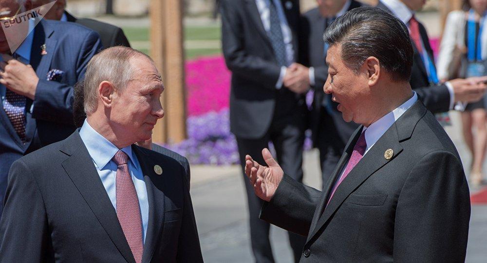 Poutine ironise sur Xi Jinping qui a «perdu» sa délégation: «un seul combattant»
