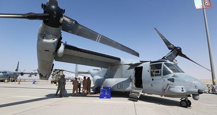 Des soldats américains à l'ombre de l'aile d'un Osprey Bell Boeing V-22, un avion militaire américain, au Dubai Airshow le 8 novembre 2015