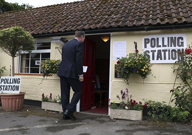 Chose promise, chose due: un politologue britannique mange son livre sur le Brexit