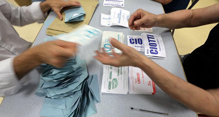 Les responsables commencent à compter les votes du premier tour des élections législatives françaises