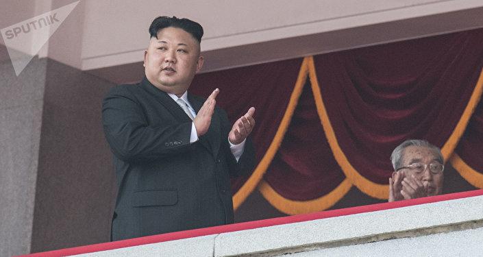Глава КНДР Ким Чен Ын во время военного парада на 105-летие Ким Ир Сена в Пхеньяне