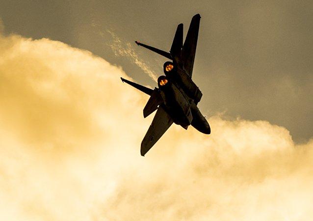 Un avion de chasse F-15 israélien se produit lors d'un show aérien à la base de Hatzerim