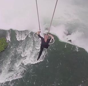 Elle se suspend par les dents à 90 mètres au-dessus des chutes du Niagara