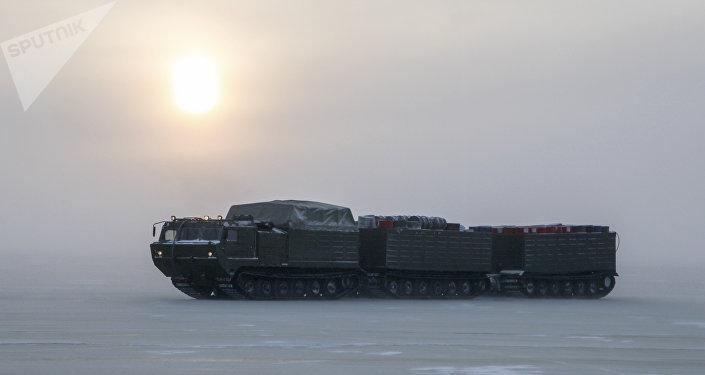 Двухзвенный гусеничный транспортер во время испытаний новых и перспективных образцов вооружения, военной и специальной техники в условиях Арктики.