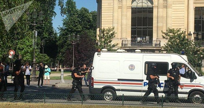 Des policiers sur les Champs-Elysees