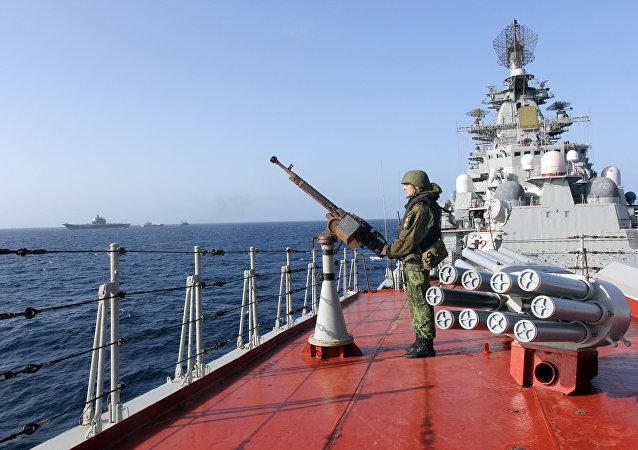 Un militaire sur le pont du croiseur nucléaire lance-missiles Pierre le Grand dans l'océan Atlantique