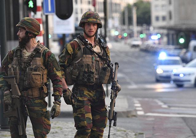 Les voitures policières créent un cordon près autour de la gare au centreville de Bruxelles, le mardi 20 juin 2017