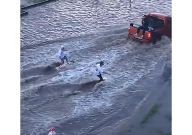 Entre-temps en Russie: du wakeboard dans les flaques