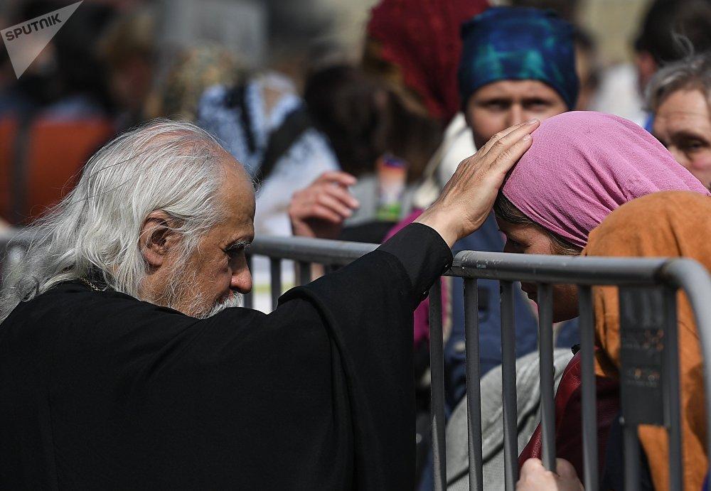 Les fidèles font la queue pour vénérer les reliques de St-Nicolas dans la cathédrale du Christ-Sauveur à Moscou