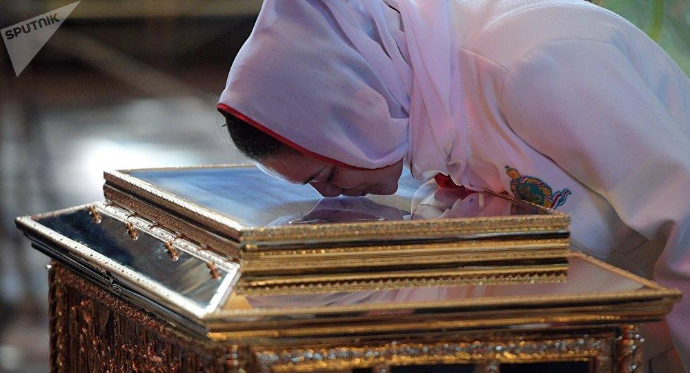 Une femme vénère les reliques de Saint Nicolas dans la cathédrale du Christ-Sauveur à Moscou