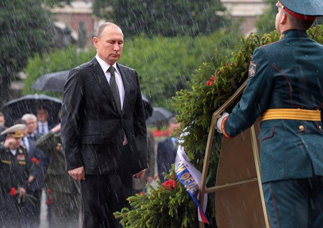 Leçon d'endurance: Poutine trempé jusqu'aux os rappelle au Net Obama sous un parapluie