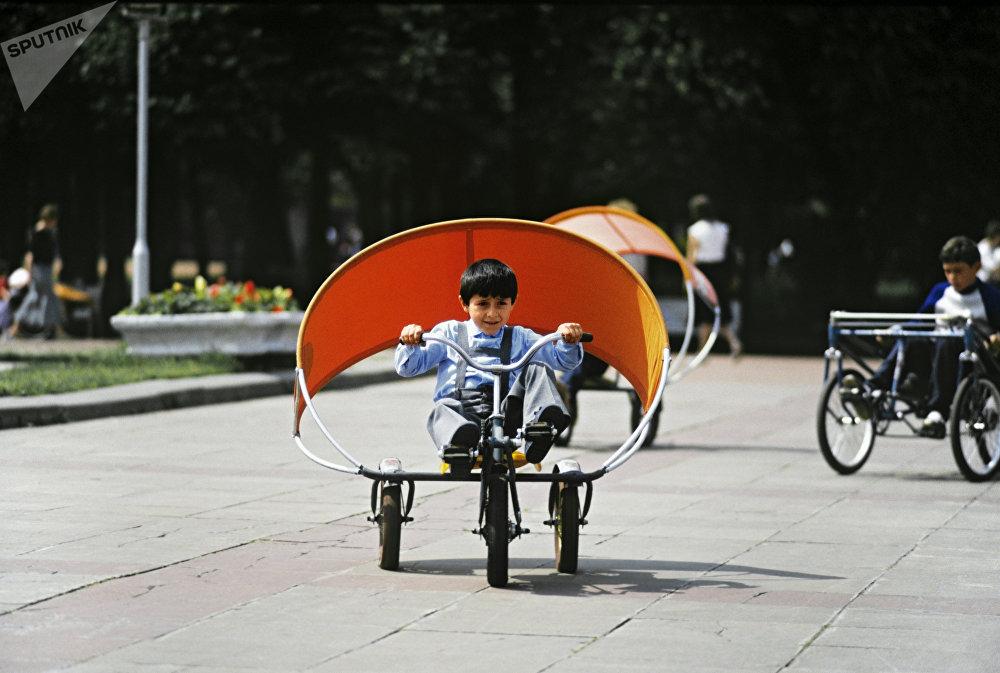 Un garçon sur un tricycle