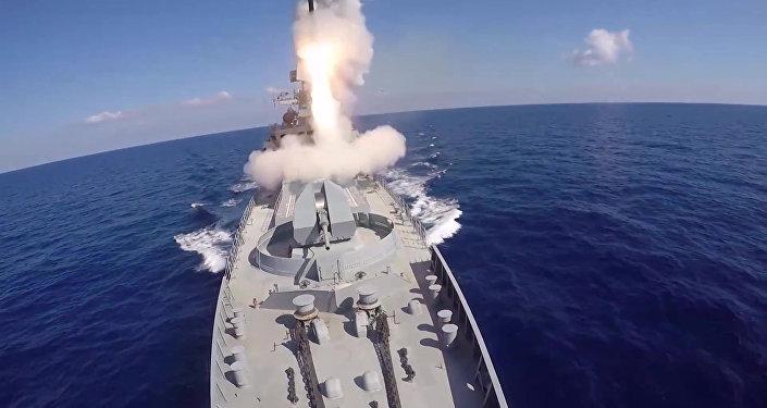 Tirs de missiles Kalibr contre les positions de Daech en Syrie