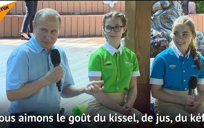 En Crimée, Poutine a parlé avec les enfants de kissel, de jus, de kéfir et… de muscat blanc