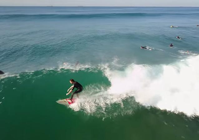 Ces surfeurs chanceux ont attrapé quelques vagues avec les dauphins!