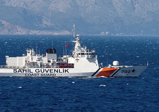 Un navire de la Garde côtière turque patrouille au large de la mer Égée, le 20 avril 2016