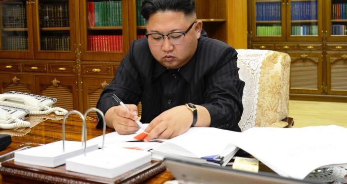 Le dirigeant nord-coréen Kim Jong-un signe un décret relatif au lancement d'un missile balistique Hwasong-14.