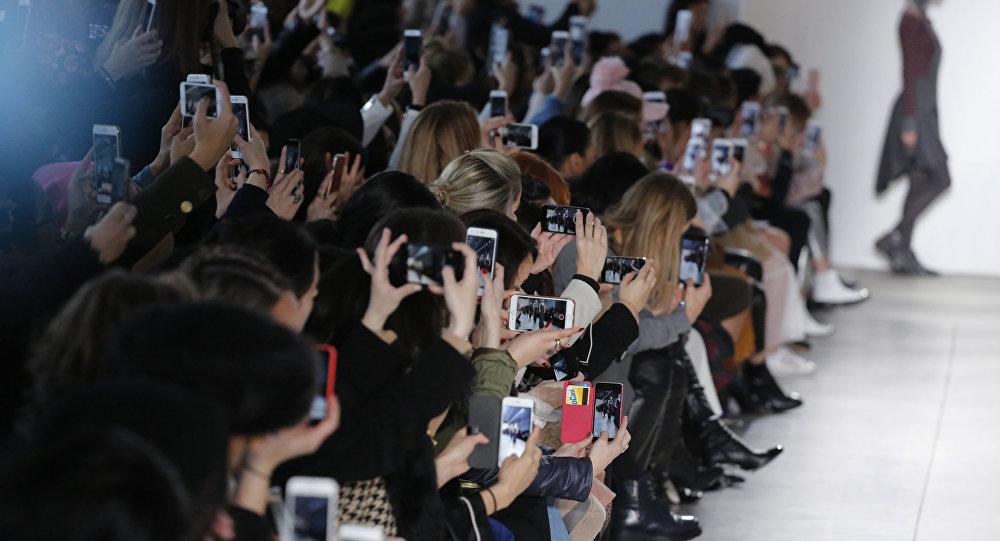 Spectateurs et un mannequin (image d'illustration)