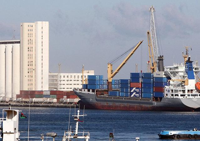 Un cargo près d'un port de la capitale libyenne de Tripoli