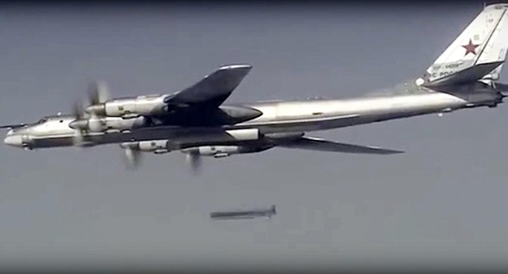 Le bombardier russe Tu-95 lance un missile de croisière contre une cible en Syrie