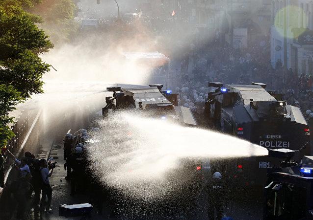 Canons à eau, gaz: une manif «infernale» dégénère en chaos à Hambourg (photos, vidéo)