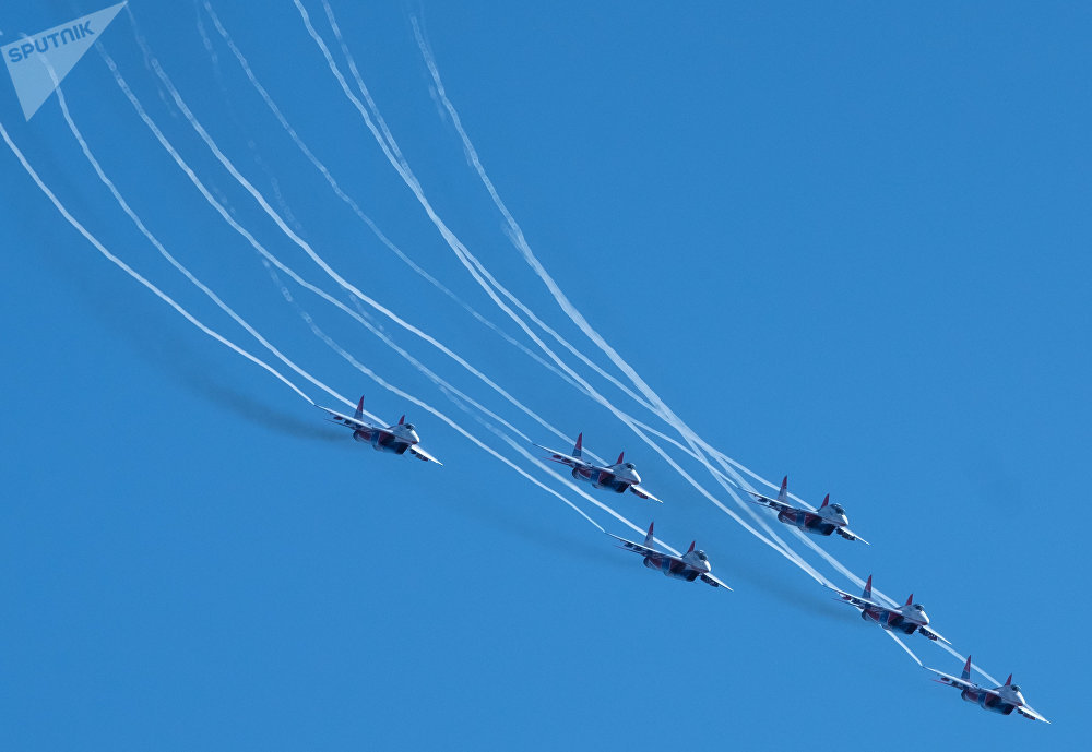 Pour célébrer le 105e anniversaire des forces aérospatiales russes, les pilotes du groupe de voltige Strizhi, composé de chasseurs MiG-29, se sont envolés dans le ciel de Saint-Pétersbourg.