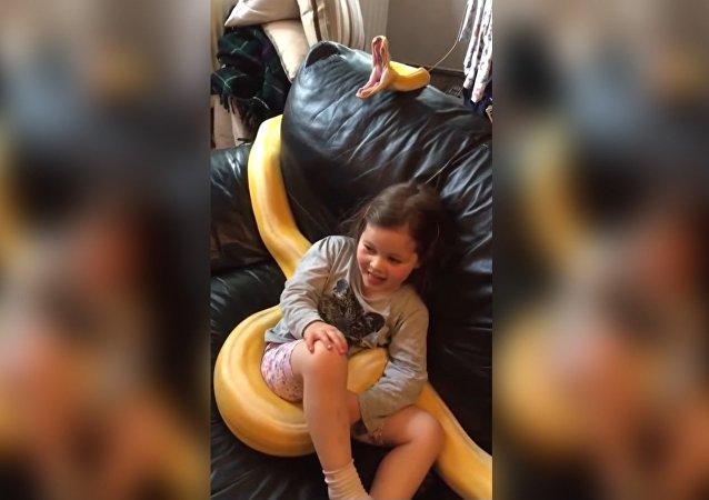 Une petite fille et un serpent