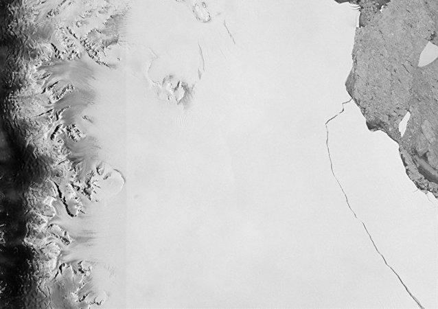 Un iceberg de mille milliards de tonnes, l'un des plus gros jamais vus, s'est détaché de la plate-forme de glace Larsen C du continent Antarctique