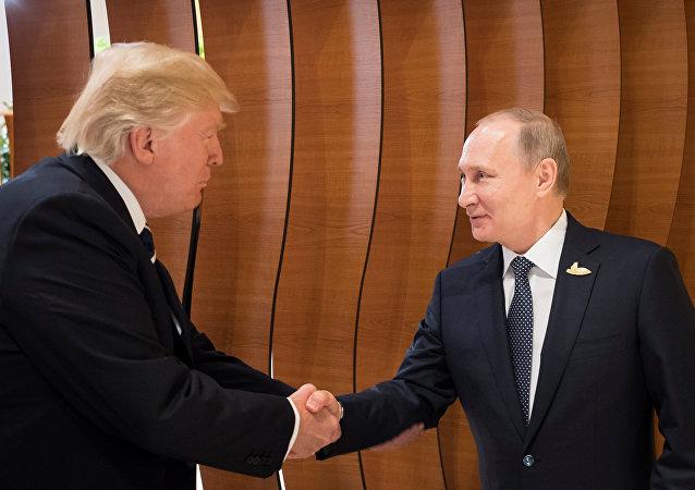Première poignée de main entre Poutine et Trump, le 7 juillet 2017