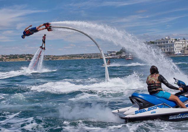 Vols au-dessus de la mer au festival X-Fest à Sébastopol