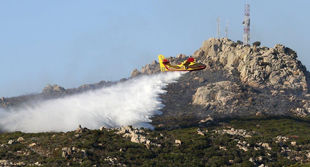 Des centaines d'hectares envahis par les flammes en Corse, les pompiers sur place