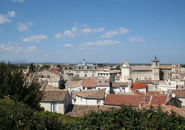 Mauguio (Hérault) - vue générale vers le nord, depuis la motte. À l'horizon, le pic Saint-Loup