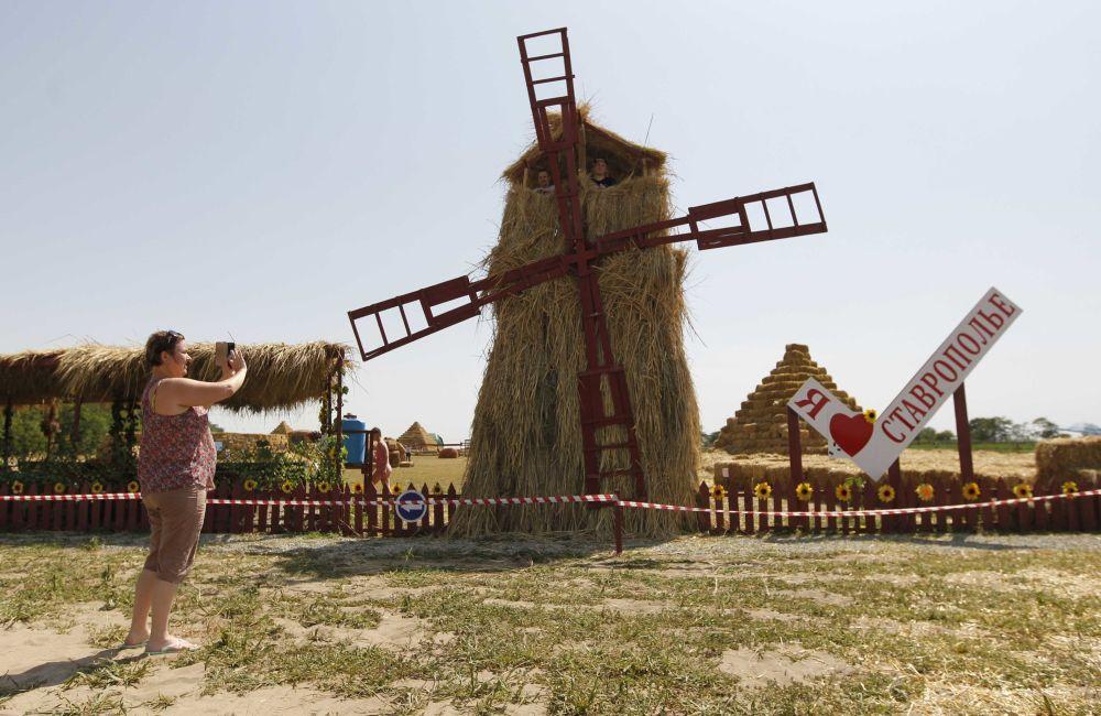 Un stade, un labyrinthe et un moulin en paille dans un parc de la région de Stavropol