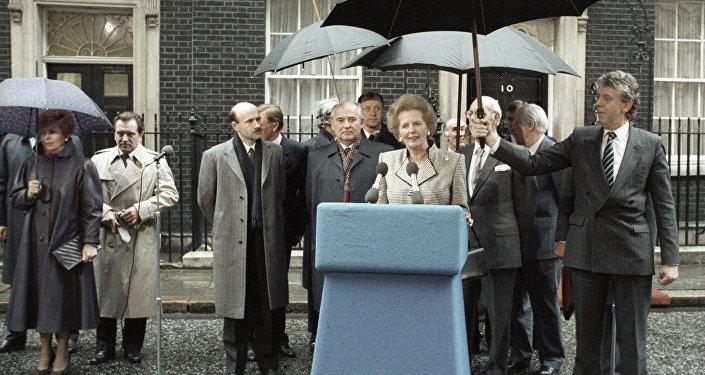 Премьер-министр Великобритании Маргарет Тэтчер выступает на митинге во время визита Генерального секретаря ЦК КПСС Михаила Горбачева (в центре слева) в Великобританию