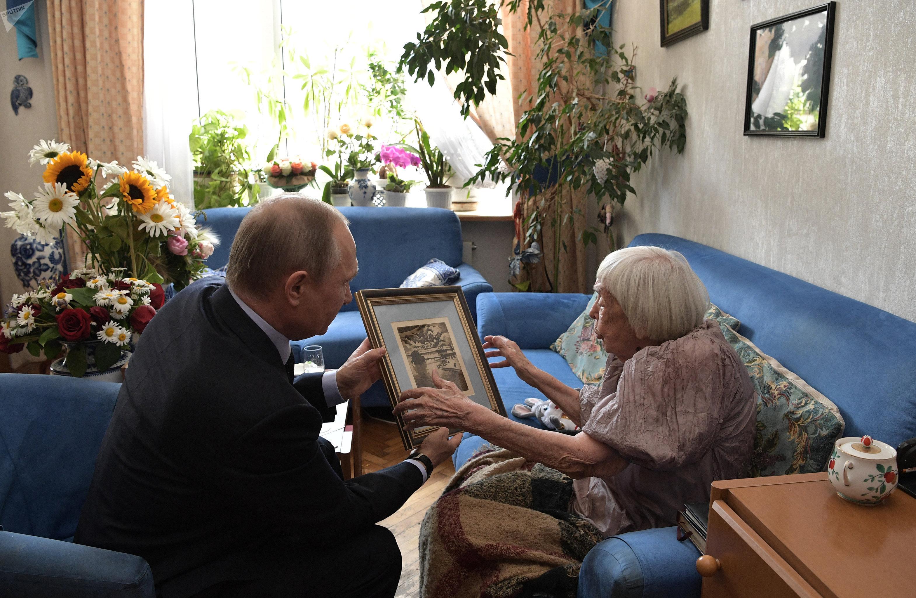 Vladimir Poutine offre un cadeau à Lioudmila Alexeïeva