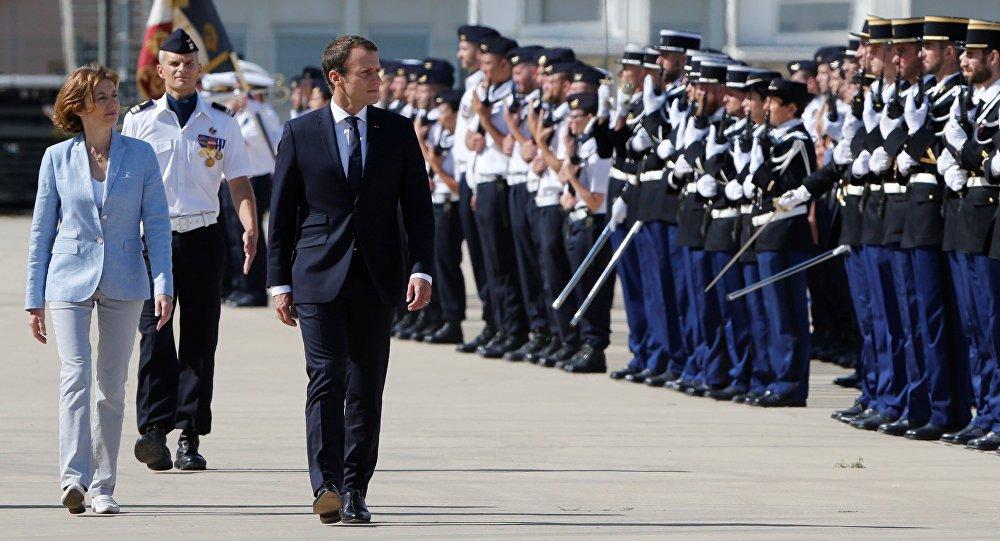 Le président Emmanuel Macron, la ministre des Armées Florence Parly et le général François Lecointre à la base aérienne d'Istres, dans les Bouches-du-Rhône, le 20 juillet 2017