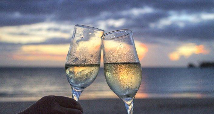 Une consommation modérée d'alcool est-elle vraiment bénéfique?