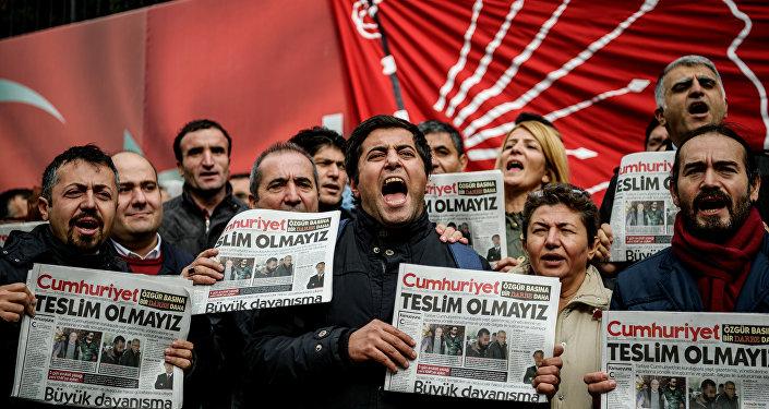 Rassemblement en soutien aux journalistes de Cumhuriyet