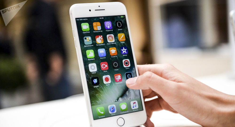 Новый смартфон iPhone 7 в торговом центре ГУМ в Москве