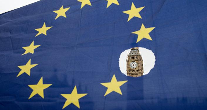 Un drapeau européen avec un trou représentant le Brexit