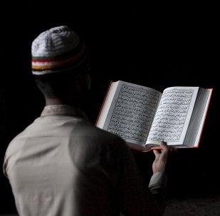 Un musulman lisant le Coran (photo d'archives)